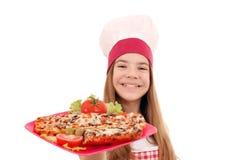 Meisjeskok met sandwiches op plaat stock foto's