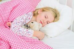 Meisjeslaap in bed stock afbeelding
