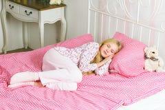 Meisjeslaap in bed stock foto's