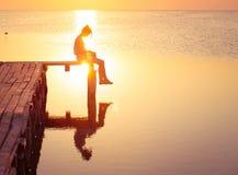 Meisjeslezing in de zonsondergangtijd stock foto