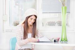 Meisjeslezing door het venster royalty-vrije stock foto's