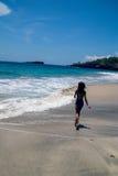 Meisjeslooppas langs het strand stock foto's