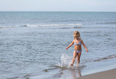 Meisjeslooppas langs het strand royalty-vrije stock afbeelding