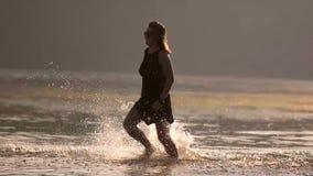 Meisjeslooppas op water langzame motie stock footage