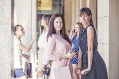 Meisjesmeisjes met het winkelen op portiek mooi winkelen royalty-vrije stock foto