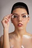 Meisjesmodel met glazen Stock Afbeelding