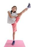 Meisjesoefening op yogamat met witte achtergrond stock foto