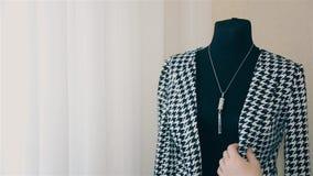 Meisjesontwerper die op juwelen op een ledenpop HD proberen stock video
