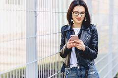 Meisjesoverseinen op telefoon en het glimlachen royalty-vrije stock afbeeldingen