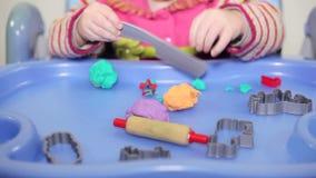 Meisjespel met plasticine stock video