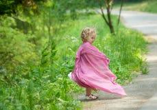 Meisjespelen in een park Stock Foto