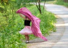 Meisjespelen in een park Royalty-vrije Stock Fotografie