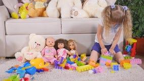 Meisjespelen met een ontwerper 4K stock videobeelden