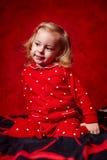 Meisjespeuter in haar pyjama's vóór slaap Royalty-vrije Stock Foto's