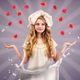 Meisjespop die met rijpe bessen jongleren Stock Fotografie
