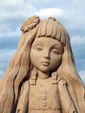 Meisjesportret van zand, Letland wordt gemaakt dat Stock Foto