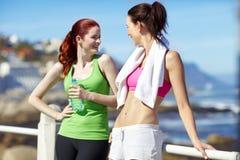 Meisjespraatje uit op de promenade Royalty-vrije Stock Fotografie