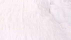 Meisjesprongen op een hoofdkussen en het sluitenogen stock video