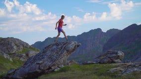 Meisjesreizen in de bergen stock video