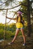 Meisjesreiziger met rugzak in heuvel bosavontuur, reis, toerismeconcept royalty-vrije stock afbeeldingen
