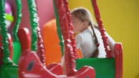 Meisjesritten op de carrousel stock video