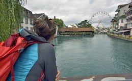 Meisjesrust en het kijken in Thun-stad Stock Fotografie
