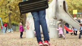 Meisjesschommeling bij Speelplaats stock videobeelden