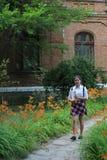 Meisjesschoolmeisje met een omslag in zijn handen royalty-vrije stock foto