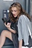 Meisjesschreeuwen in zaktelefoonpayphone stock afbeeldingen