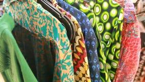 Meisjesselectie van kleding in de Indische opslag stock footage