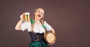 Meisjesserveerster het meest oktoberfest in nationaal kostuum met een mok bier royalty-vrije stock fotografie