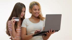Meisjesshopaholics om online te winkelen stock video