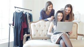 Meisjesshopaholics om online te winkelen stock videobeelden