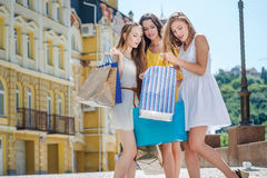 Meisjesshopaholics verheugt zich kortingen Drie meisjeshol stock afbeelding