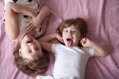 Meisjessiblings zustersbespreking, children& x27; s geheimen, omhelzing, relationsh royalty-vrije stock afbeelding