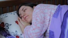 Meisjesslaap in Bed stock videobeelden