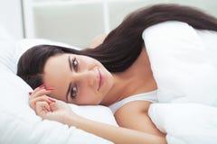 Meisjesslaap binnen laat op weekend van lange resti die van de het werkweek wordt vermoeid Stock Afbeelding