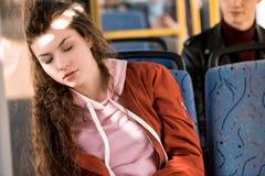 meisjesslaap in bus stock foto's