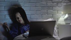 Meisjesslaap voor laptop bij nacht, verslaving aan Internet, sociaal netwerk stock video