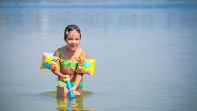 Meisjesspel met water stock videobeelden