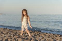 Meisjesspel op de zomerstrand royalty-vrije stock afbeelding