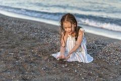 Meisjesspel op de zomerstrand stock fotografie