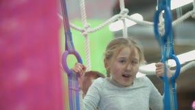 Meisjesspelen in het kinderdagverblijf stock videobeelden