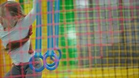 Meisjesspelen in het kinderdagverblijf stock video