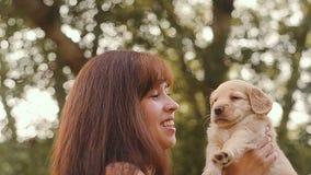 Meisjesspelen met een klein puppy stock footage