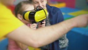 Meisjesspelen met virtuele glazen stock footage