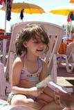 Meisjesspelen op het strand Royalty-vrije Stock Foto