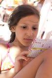 Meisjesspelen op het strand Stock Afbeeldingen