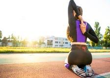 Meisjessportman crossfit en looppas bij zonsondergang in het stadion stock foto