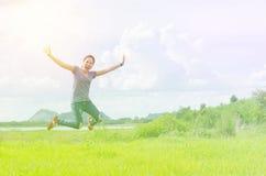 Meisjessprong in de weide met uitstekende filter Stock Foto's